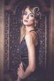 Retro modekvinna av den gatsby eran Royaltyfria Bilder