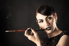 Retro modell med svart makeup och munstycket Royaltyfri Fotografi