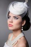 Retro modell Portrait för modebrunett Pärlasmycken och Hairst Arkivbild