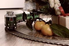 Retro modello tonificato del treno sul pavimento Fotografia Stock Libera da Diritti