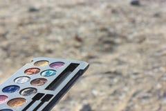 Retro modepallettesmink, 60-tal70-talmode, blått, vit, ljust makroslut upp selectional fokus på en neutral bakgrund Arkivbilder