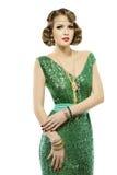 Retro- Modeporträt der Frau im eleganten Pailletten-Kleid des Scheins lizenzfreies stockfoto