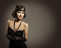 Retro modeskönhet, härlig kvinnastående, gammal frisyrmakeupklänning arkivbilder