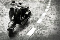 Retro motobike op de weg Stock Afbeeldingen