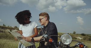 Retro motorfiets vibes en hangend met vrienden is het beste in aard stock footage