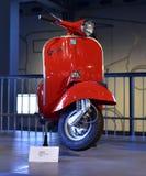 Retro motorino rosso brillante della vespa di stile Fotografia Stock