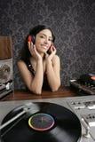 Retro musica della piattaforma girevole del vinile dell'annata della donna del DJ Fotografia Stock