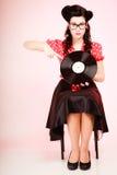 retro musik Utvikningsbrudflicka med vinylrekordet arkivbilder