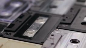 Retro muzyczne ścisłe kasety na stole, kamera ono ślizga się above zbiory