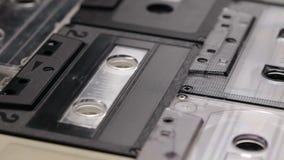 Retro muzyczne ścisłe kasety na stole, kamera wolno ono ślizga się zbiory