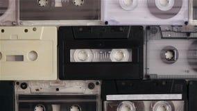 Retro muzyczne ścisłe kasety na stole, wierzchołka puszka widok zbiory wideo