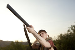 Retro myśliwy przygotowywający tropić z łowieckim karabinem Zdjęcia Royalty Free