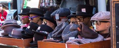 Retro nakrętka kapelusze na pokaz sprzedaży w ulicznym rynku Obrazy Stock