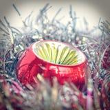Retro Natale bagattella e lamé di sguardo Fotografia Stock Libera da Diritti