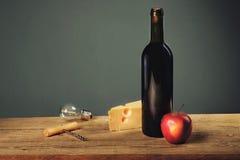 Retro natura morta con la lampadina del formaggio e del vino immagini stock