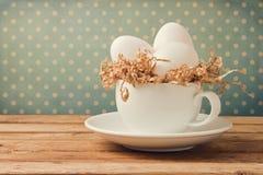 Retro natura morta con le uova e la tazza di caffè Immagini Stock