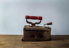 Retro natura morta con vecchio ferro arrugginito su fondo di legno Fotografia Stock Libera da Diritti