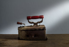 Retro natura morta con vecchio ferro arrugginito su fondo di legno Fotografia Stock