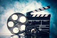 Retro natura morta degli accessori di produzione cinematografica immagini stock