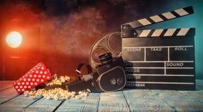 Retro natura morta degli accessori di produzione cinematografica fotografie stock libere da diritti