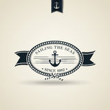 Retro nautiskt emblem för tappning med ankaret Arkivbild