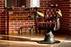Retro negozio di barbiere della sedia di cuoio nello stile d'annata Tema del parrucchiere immagine stock libera da diritti