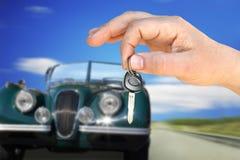 Retro o carro e a chave Fotografia de Stock Royalty Free