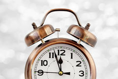 Retro o despertador da cor de bronze doze no o& x27; pulso de disparo Imagens de Stock Royalty Free