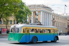 Retro- Oberleitungsbus im St. Petersburg Stockbilder