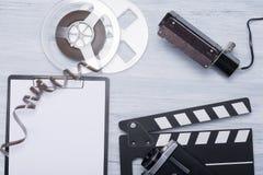 Retro objekt för att filma på en ljus trätabell fotografering för bildbyråer