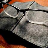 Retro occhiali con il libro nero immagini stock libere da diritti