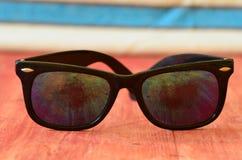 Retro occhiali da sole su fondo di legno marrone Immagini Stock