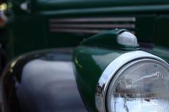 Retro och grön bil Arkivbild