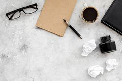 Retro och modernt författareskrivbord med exponeringsglas, anteckningsboken och färgpulver på åtlöje för bästa sikt för stenbakgr fotografering för bildbyråer