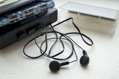 Retro odtwarzacz muzyczny z kaseta hełmofonami Zdjęcia Royalty Free
