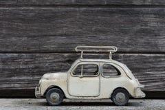 RETRO- Oldtimer-Modell mit altem hölzernem Hintergrund Lizenzfreie Stockfotografie