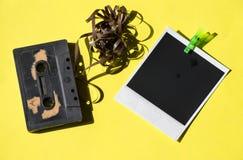 Retro onmiddellijke foto's op een gele achtergrond met audio Stock Foto's