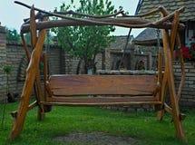 Retro ontworpen ouderwetse houten hangmat in binnenplaats stock foto's
