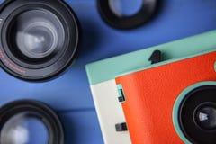 Retro- orange Kamera und Linse Stockfotografie