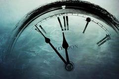 Retro orologio con cinque minuti prima di dodici Fotografie Stock