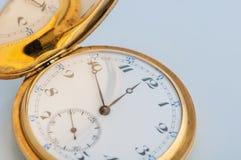 Retro orologio di oro d'annata della tasca con un coperchio aperto Fotografie Stock Libere da Diritti