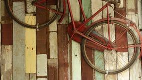 Retro Oude Fiets op Kleurrijke Houten Muur stock afbeeldingen
