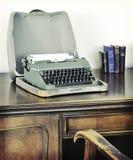Retro oude schrijfmachine bij het schrijven van bureau stock afbeeldingen