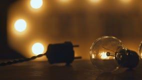 Retro płonące żarówki i prymka zaświecać w loft stylu Lekki wystrój Obrazy Royalty Free