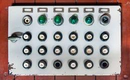 Retro pannello di controllo con i bottoni, le luci colorate ed i commutatori Immagini Stock Libere da Diritti