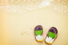 Retro pantofole sulla spiaggia tropicale di estate Immagini Stock