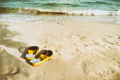 Retro pantofole sulla spiaggia tropicale di estate Fotografia Stock