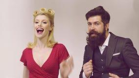 Retro par av den unga roliga och lyckliga mannen och kvinnan på studion på moderiktig färgbakgrund Retro utformade unga par stock video