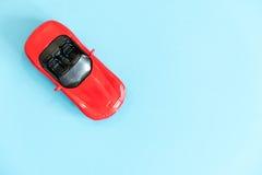 Retro particolare dell'automobile del giocattolo Automobile rossa del giocattolo con un senza coperchio su un fondo bianco giocat Fotografie Stock