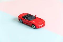 Retro particolare dell'automobile del giocattolo Automobile rossa del giocattolo con un senza coperchio su un fondo bianco giocat Fotografia Stock Libera da Diritti